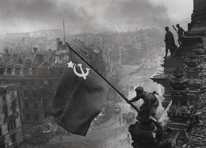Soldiers+raising+the+Soviet+flag+over+the+Reichstag,+Berlin+1945